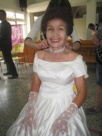 第一次穿婚紗的賴劉夜好阿嬤