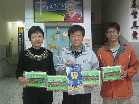陳金煌校長親自送蔡啟華先生捐贈白米30包