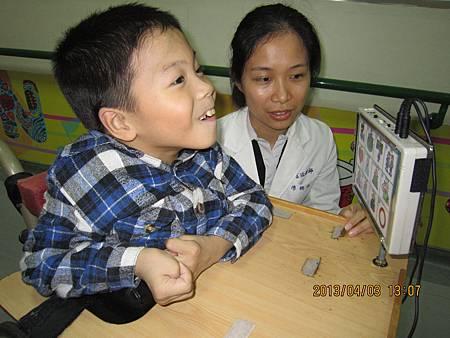 用腳鼎放置輪椅上學習板之特殊按鈕