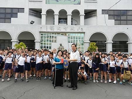 陳獻旗校長與4年級師生捐跳蚤市場義賣款項