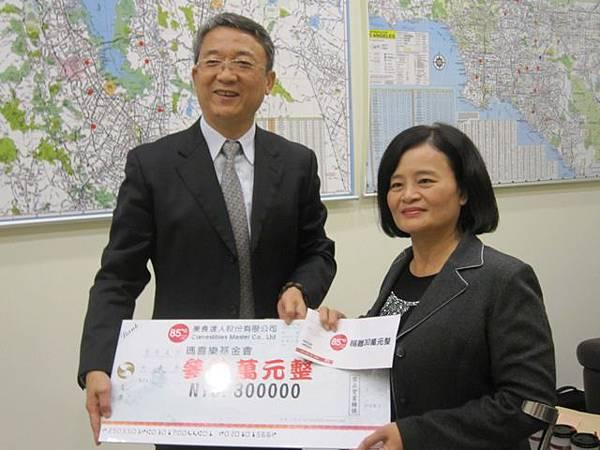 謝健南總經理致贈30萬元支票由林玉嫦執行長接受捐贈