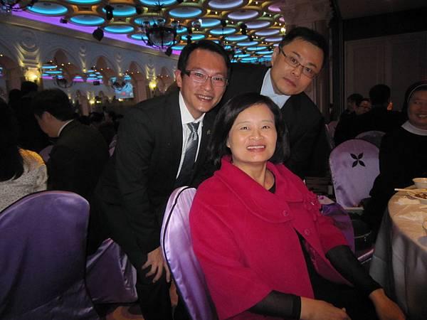 林玉嫦執行長參加60周年慶晚宴與維仁.維慶合影