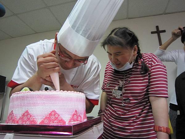 謝和泰麵包師傅示範彩繪蛋糕