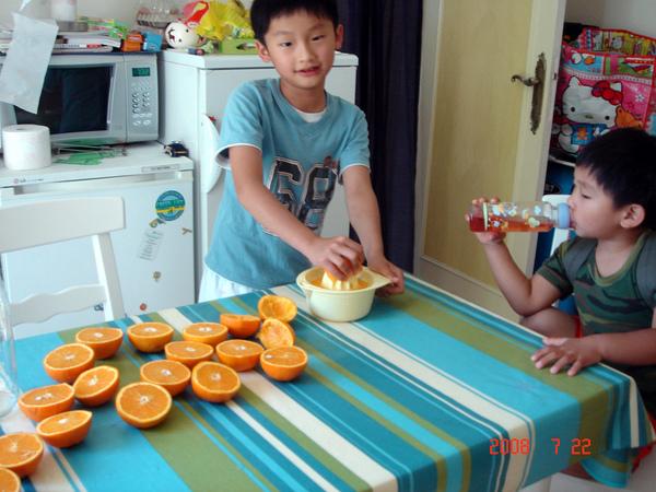 making-orange-juice2.jpg