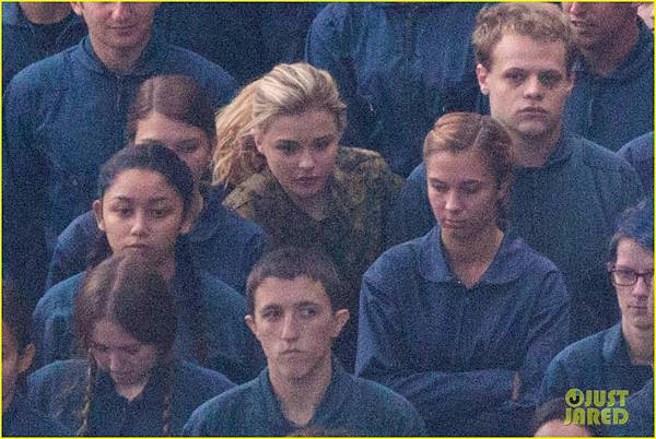 chloe-moretz-is-surrounded-by-blue-on-fifth-wave-set-07