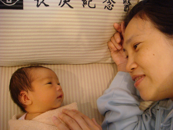 母女深情對看~
