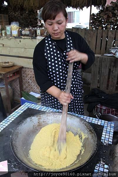 二姐伊布示範拍打小米飯的正確方式.JPG