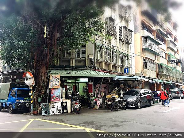 在台北一個人走啊走著,或許會意外察覺平常不會注意到的風景。(這裡在師大夜市附近的小巷口)