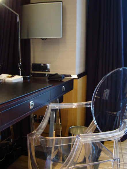 Philppe Starck大師設計的透明PC塑料椅.jpg