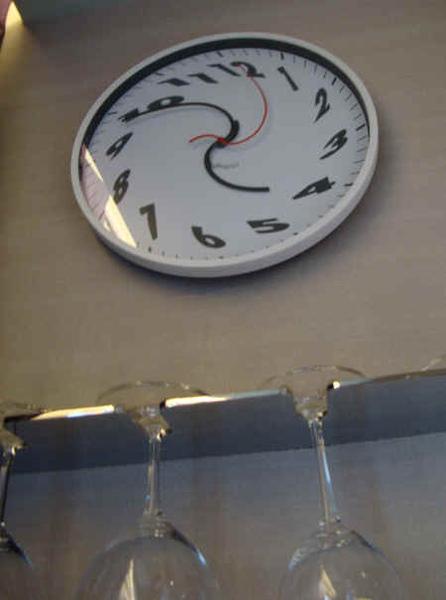 具設計感時鐘,但看了頭真昏.jpg