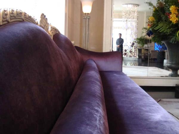 check in櫃台的紫沙發,坐了都不想起來.jpg