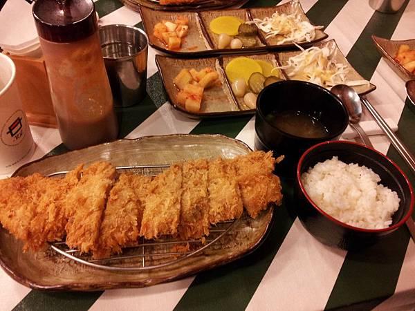치킨 까스(就是日式雞排飯^^,7000元)