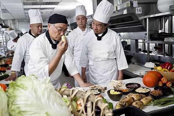 曾江(左)飾演蔬食大廚, 丁強(右)為他的副手