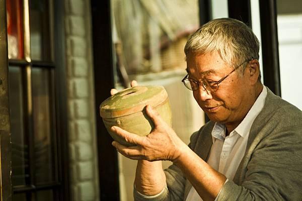 曾江拿起珍藏多年的陶鍋