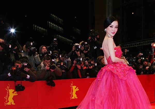 霍思燕出席第62屆柏林影展開幕式紅毯1