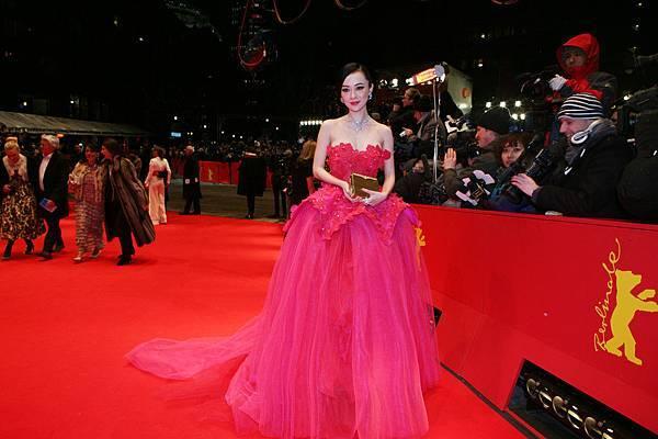 霍思燕出席第62屆柏林影展開幕式紅毯2