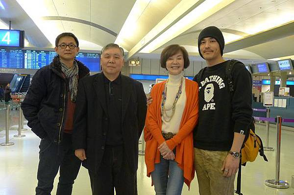 導演曹瑞原(左起)監製徐立功 主角歸亞蕾藍正龍在機場合影2(小)