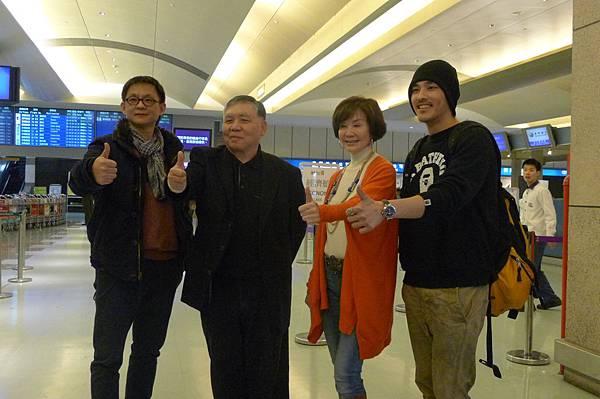 導演曹瑞原(左起)監製徐立功 主角歸亞蕾藍正龍在機場合影 (1)