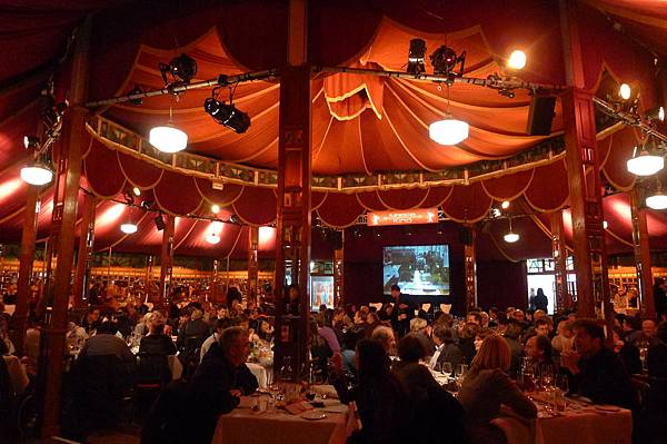 晚宴在帳篷搭建的Gropius Mirror Restaurant舉行