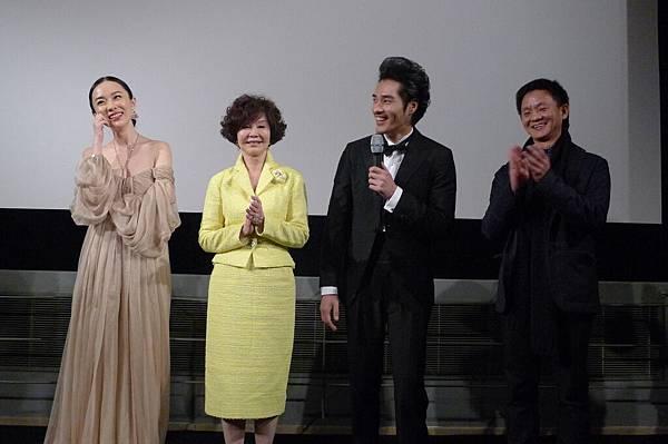 霍思燕(左起)歸亞蕾藍正龍曹瑞原映後登台發表感言