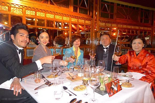 藍正龍(左起)霍思燕歸亞蕾徐立功徐夫人舉香檳慶祝