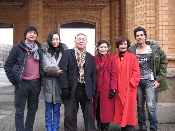 曹瑞原(左起)霍思燕徐立功楊文筠歸亞蕾藍正龍在柏林街頭合影 (2)