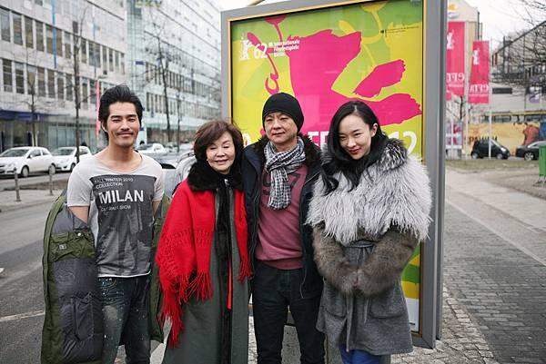 藍正龍(左起)歸亞蕾曹瑞原霍思燕在柏林會場附近合影