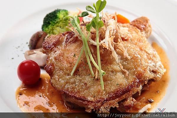 香煎雞腿排佐紅酒菌菇醬