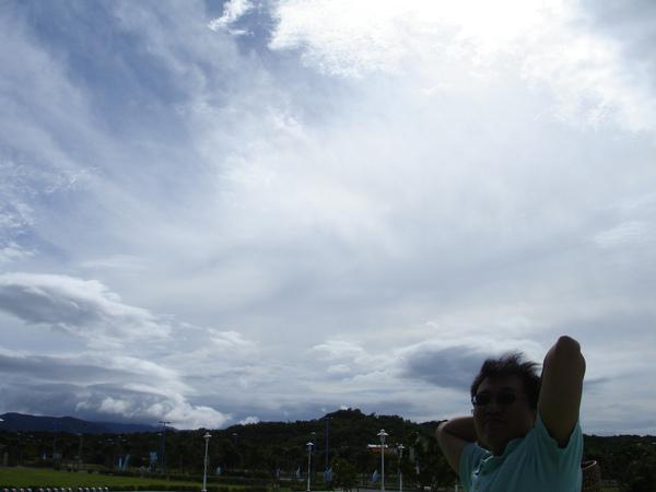 從高雄出發  1個多小時就開到墾丁了  看這秋天的天空!