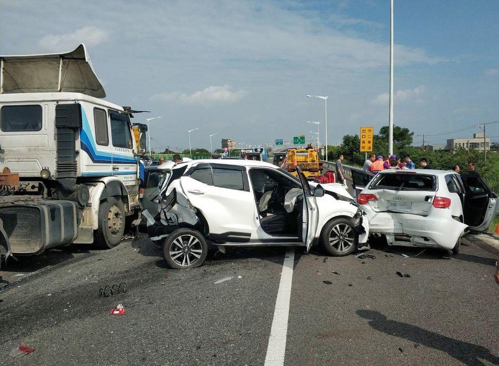 桃園市國道2號西向1.7公里大園交流道前,6輛大小車輛連環大追撞嚴重,零件散落