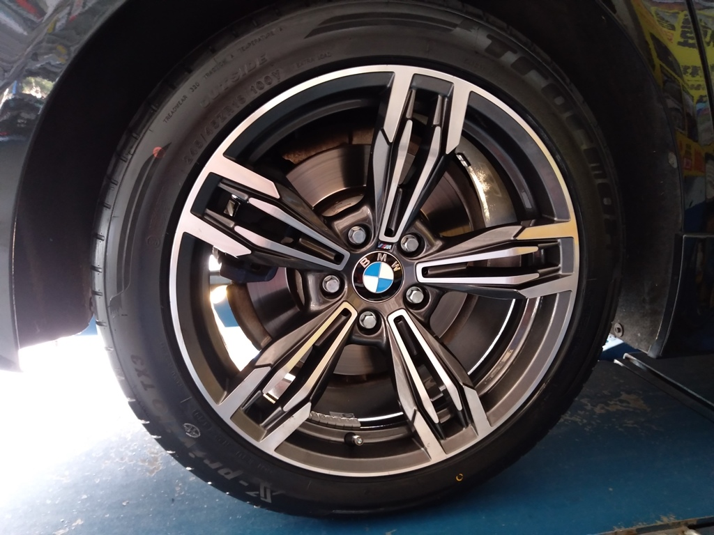 BMW 520鋁圈內唇氧化漏氣選購245/45ZR18的歐洲麥斯TRACMAX 性能跑胎TX3