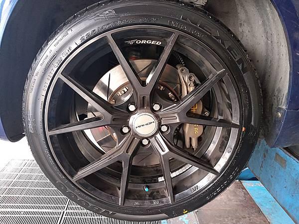 VW PASSAT B5車主之前來店安裝yellow避震器、升級18吋MAHOM鋁圈、韓國尼克森輪胎,回廠更換輪胎並做車輛檢查,
