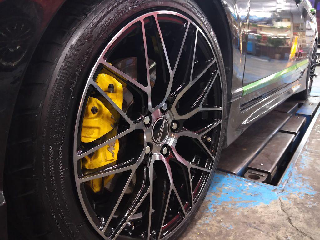 喜美八代車主之前在本公司升級buddy club避震器、  世盟四活塞卡鉗搭330碟盤、17吋鋁圈加胎皮,  進行避震、煞車制動、輪胎抓地面積的改善等。