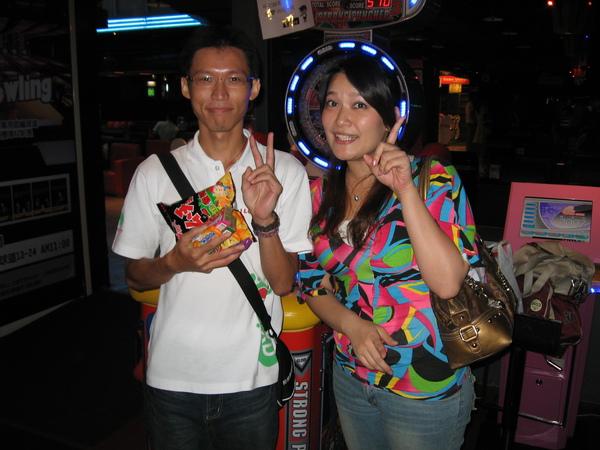 20081018新日保齡球大賽  MVP師父與小惠姐.JPG