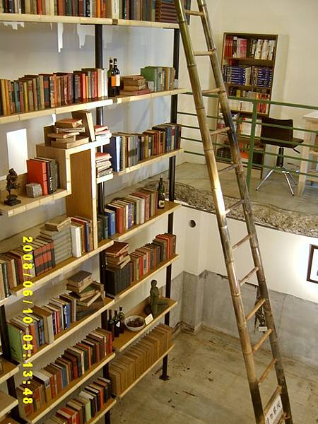 從一樓看大書架