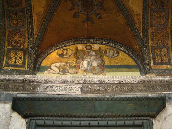 穿過了這個帝王之門就進入了聖索非亞大教堂