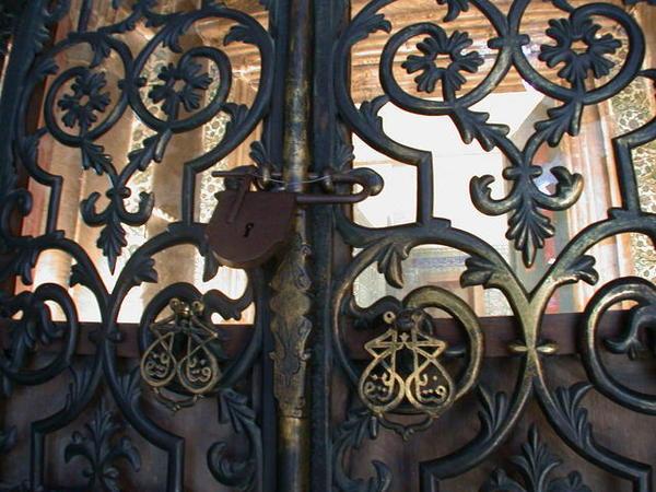 鎖著聖索非亞當中圖書館大門的黃銅大鎖