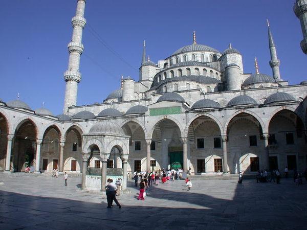 寬敞的清真寺內廷
