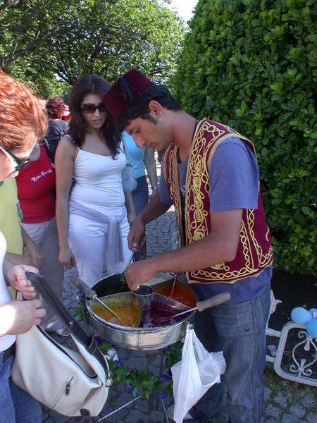 賣傳統五彩棒棒糖的土耳其小販