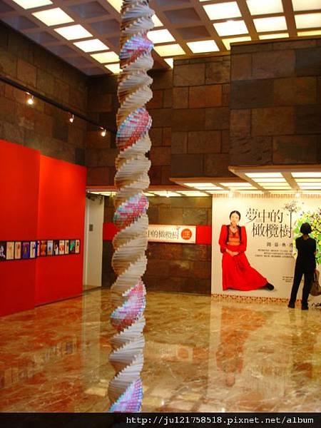 三毛逝世二十週年紀念展覽皇冠大廳三毛書柱