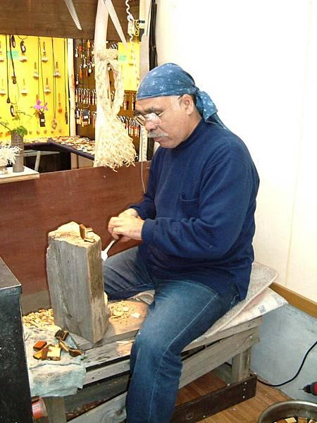 溫泉街上的木藝店老闆