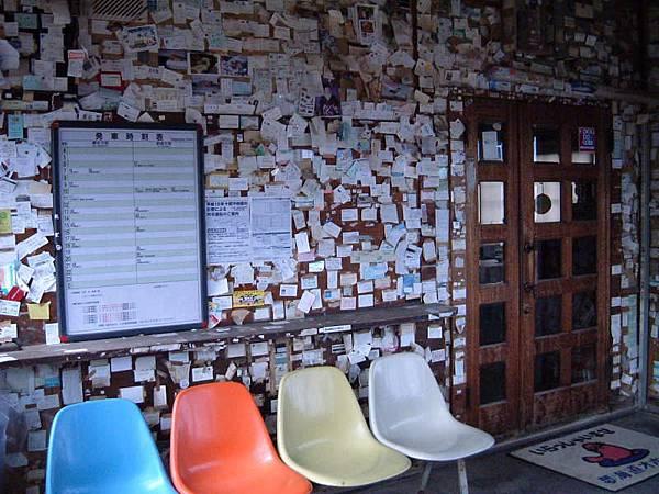 北濱站內貼滿名片&紙條的牆