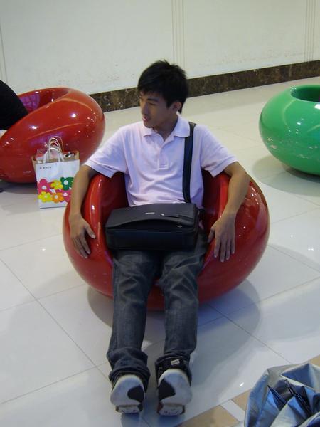 25小道也在紅色的球球椅上.JPG