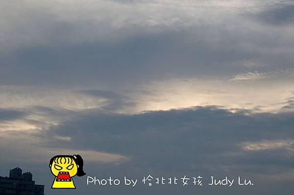 在灰濛濛的天空露出微弱的陽光。