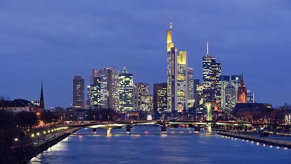 Frankfurt_Am_Main-Stadtpanorama_von_der_Deutschherrnbruecke_am_fruehen_Abend-20110310