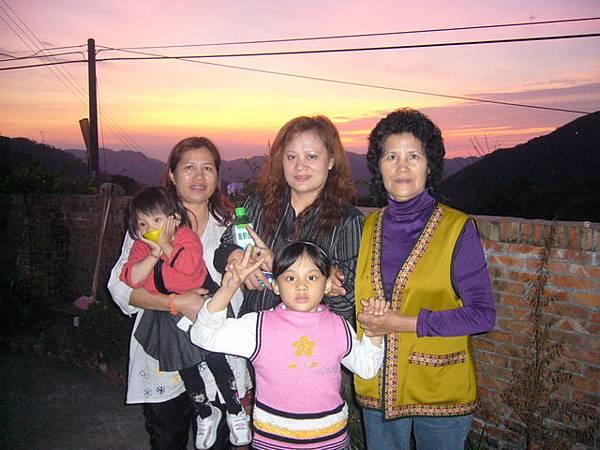 左:外婆抱小辣椒 中:花蓮某阿姨@@和女兒燕燕 右:山上阿姨