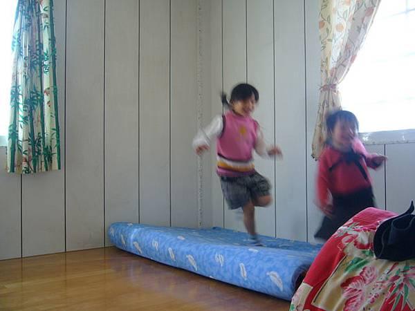 2個小朋友玩的挺開心滴