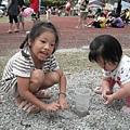 Jolie和小妹妹一起玩砂