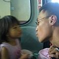 纜車上2父女玩親親