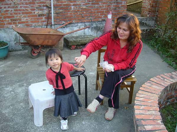 姨婆餵小辣椒吃東西